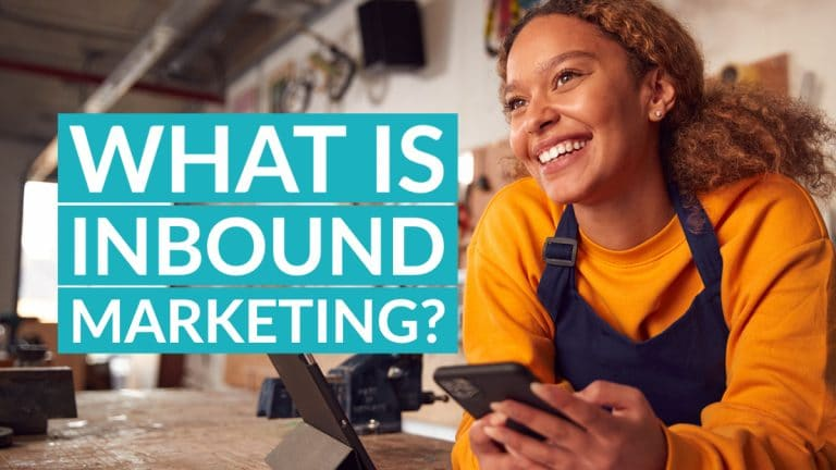 What is inbound marketing - Woman with mobile looking at the blog title